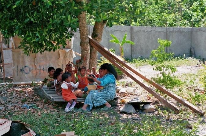 Kinder beim Spielen innerhalb der Schutzmauer.