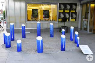 """Kunstinstallation """"Der große Chromlech"""" von Willi Raiber"""