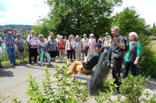 Hans-Georg Bruttel erläutert die Stauden im Stadtpark. (Foto: Claudia Gempp)