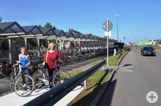 Karla Morath und Gabriele Zissel zeigen, wo der TD die Fahrrad-Mietboxen aufstellen wird.