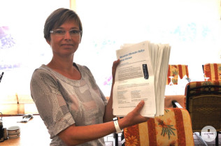 Ulrike Maunz zeigt die abgegebenen Fragebögen.