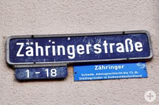 Straßenschild mit Zusatzschild der Bürgerstiftung