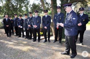 Abteilungskommandant Rudolf Streule (vorne), Oberbürgermeister Klaus Eberhardt (links)  und Kameraden der Nollinger Feuerwehr