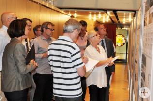 Oberbürgermeister Klaus Eberhardt (ganz rechts), Isolde Britz (daneben) und die anderen Teilnehmer der Planungsrunde studieren die Pläne.