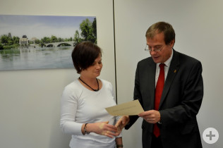 Oberbürgermeister Klaus Eberhardt überreicht die Dankesurkunde.