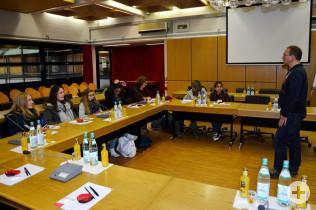 Andreas Kramer mit den Schülern im Sitzungssaal