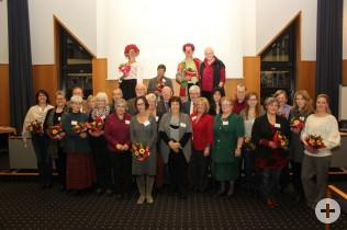 Gruppenfoto der Vertreter der 14 geehrten Selbsthilfegruppen