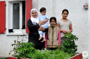 Rote Kisten zum Bepflanzen für die Gemeinschaftsunterkunft in der Schildgasse