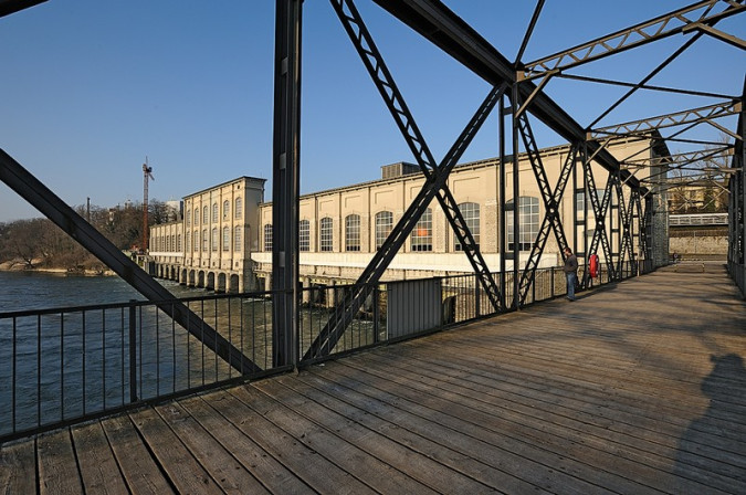 Blick vom Eisensteg auf das alte Kraftwerk