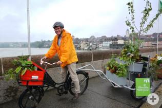 Oberbürgermeister Klaus Eberhardt brachte ein dekoriertes Fahrrad mit.
