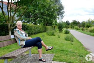 Renate Felber pflegt die Grünfläche schon seit 14 Jahren.