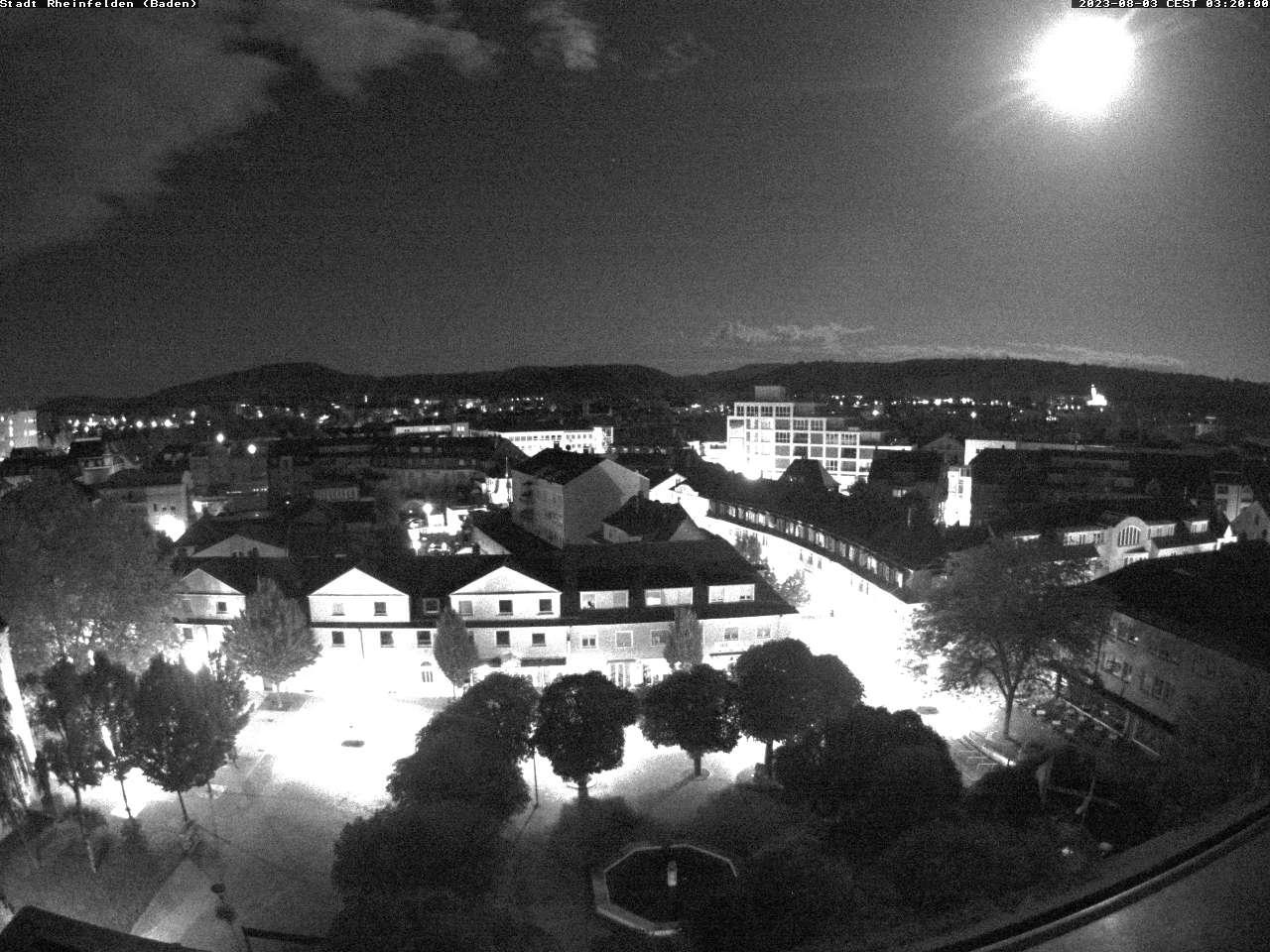 Blick vom Rathaus auf den Kastanienplatz und über die Dächer von Rheinfelden in Richtung Schweiz